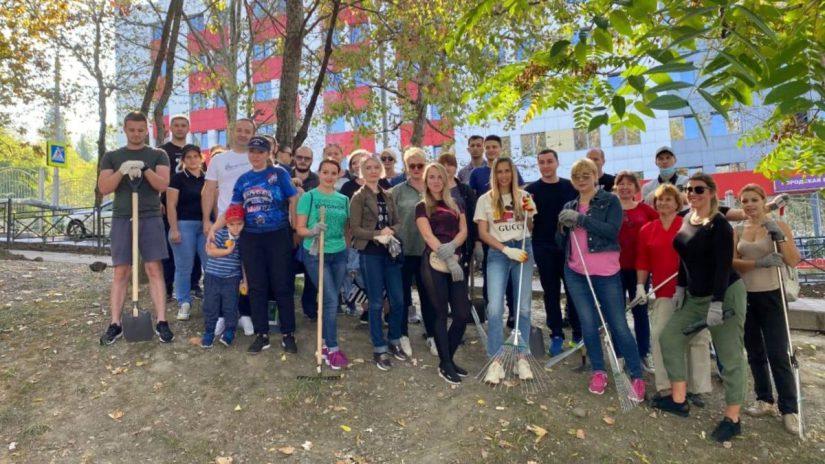 Депутаты О. Чекмарев, А. Невзорова и В. Тепляков вместе с жителями приняли участие в субботнике
