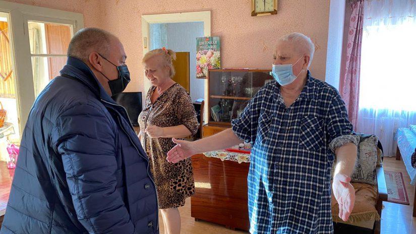 Депутат Городского Собрания Сочи Олег Фатеев поздравил ветеранов с Новым годом