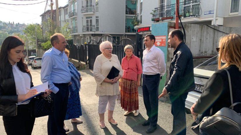 Депутаты Новосочинского округа №13 провели обход территории ул. Клубничной.