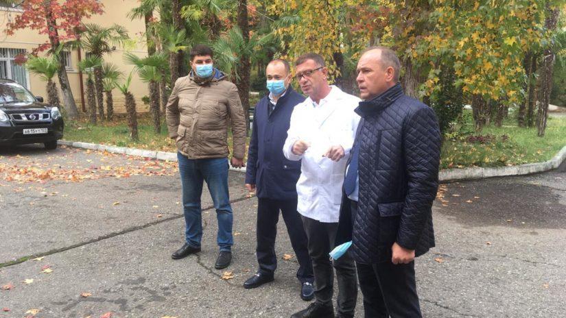 Депутаты Городского Собрания Сочи встретились с главным врачом городской больницы № 3