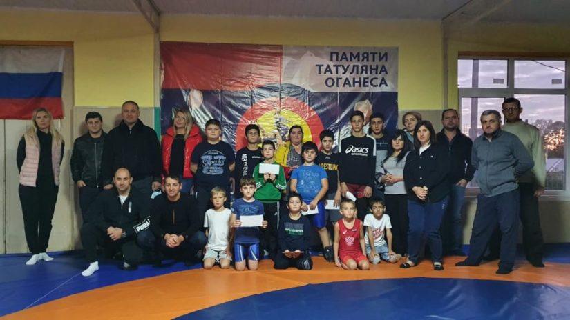 Амаяк Давыдов и Елена Дорогинина подарили спортинвентарь двум сельским спортивным клубам