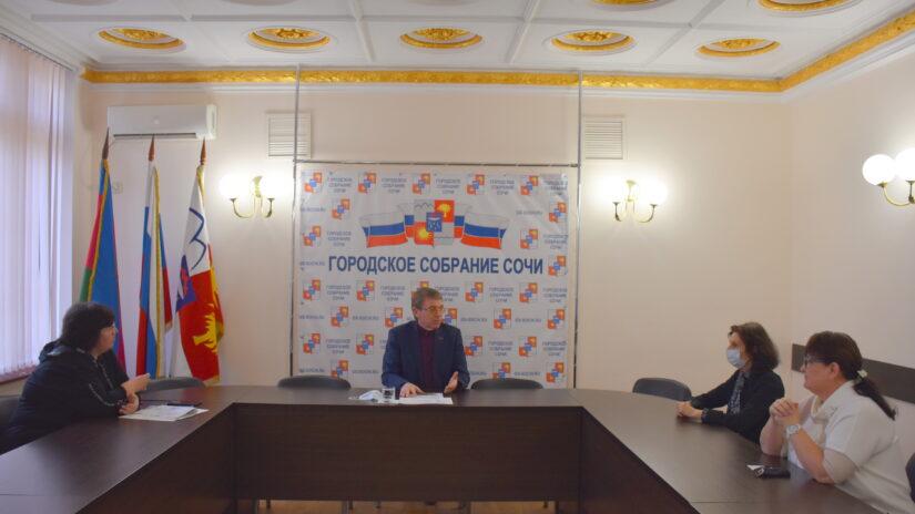 Председатель Городского Собрания Сочи Виктор Филонов провел прием граждан