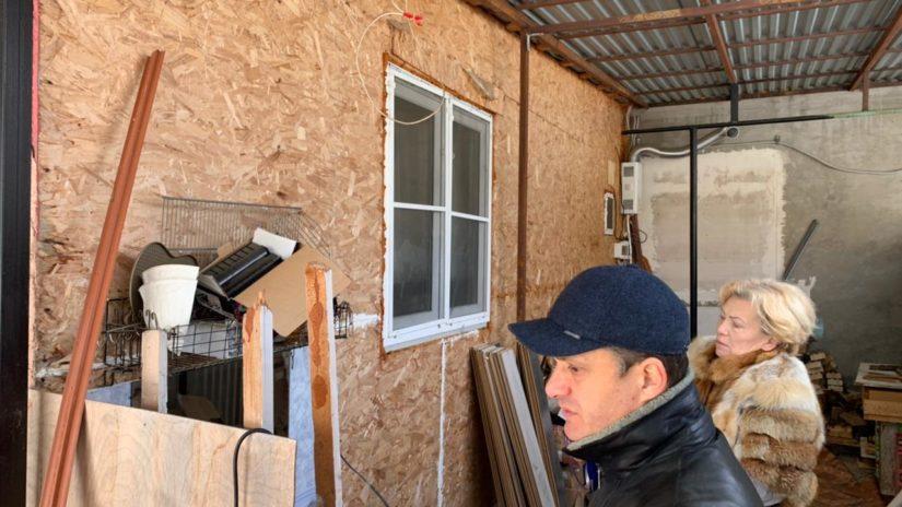 Депутат Сос Мартиросян помог многодетной семье отремонтировать дом в селе Черешня.