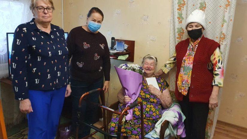 Депутат Cергей Эксузян поздравил с днем рождения участницу трудового фронта
