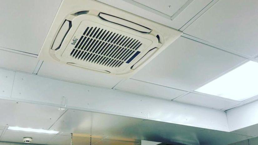 Депутат Эдуард Обухович помог заменить вентиляцию на кухне в детском саду