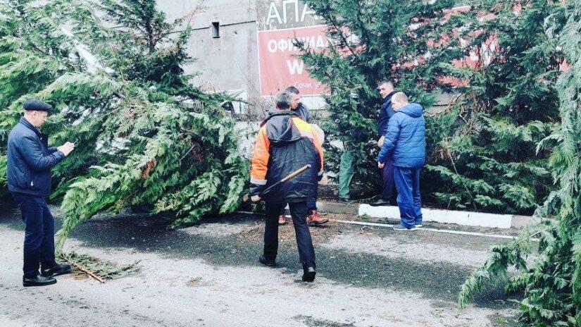 Депутат Эдуард Обухович помог устранить на ул. Полтавской на Мамайке последствия аномального снегопада