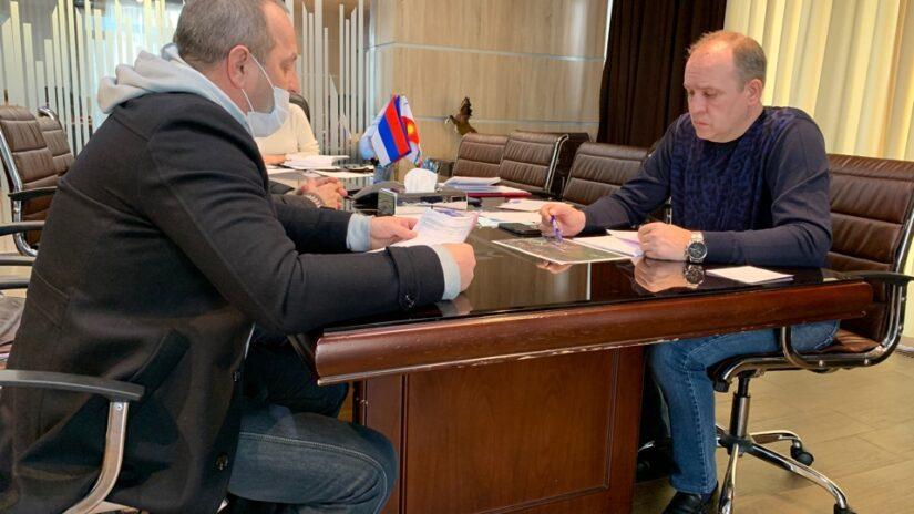 Работа в округе: Депутат Эдуард Обухович решает вопрос о восстановлении и обустройстве детской площадки