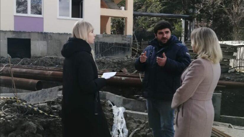 Депутат Инна Мысина проверила ход строительных работ в избирательном округе «Донской»