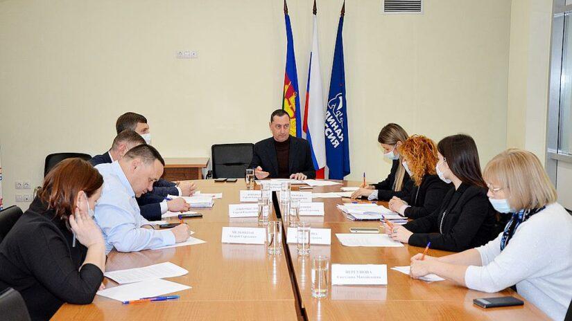 Вопрос обеспечения многодетных семей земельными участками обсуждался на совещании с депутатом ЗСК Виктором Тепляковым