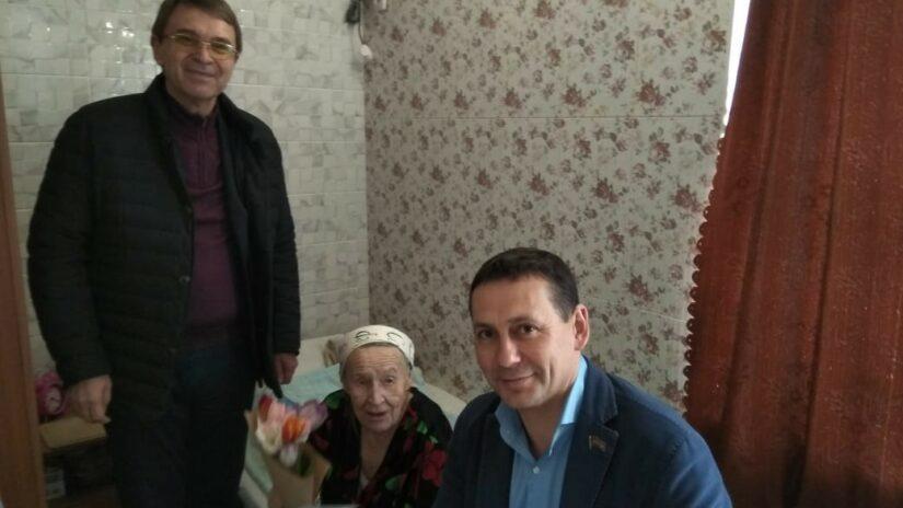 Ветеранов войны и труда с Международным женским днем  поздравили  депутаты избирательного округа «Лазаревский»