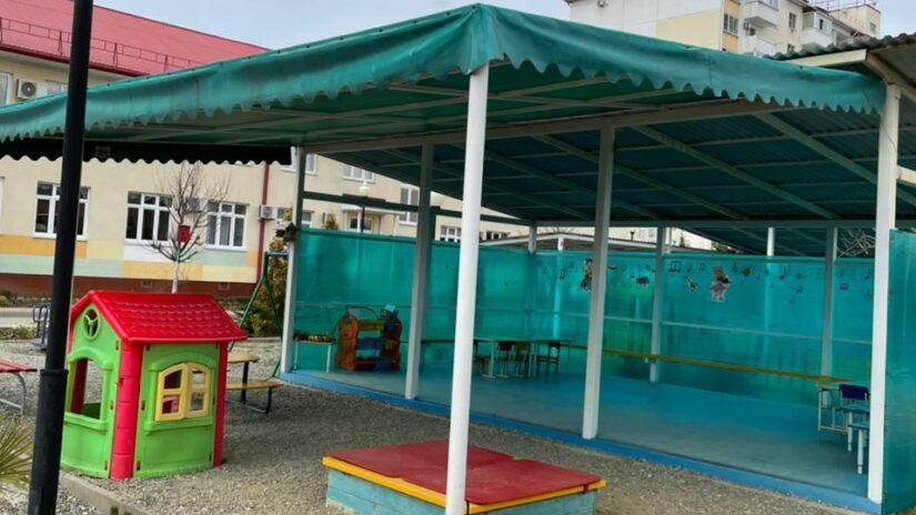 Депутат Амаяк Давыдов организовал замену навесной крыши над игровой площадкой  в детском саду № 51