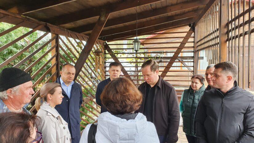 Депутаты Сергей Эксузян и Антон Денисов провели встречу с жителями ул. Семашко