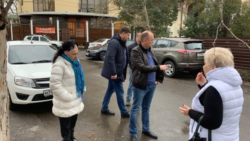 Депутат Эдуард Обухович провел выездную встречу с активистами микрорайона Мамайка