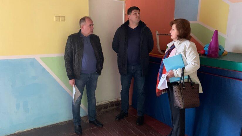 Эдуард Обухович осмотрел в детском саду 34 помещение спортивного зала, который требует ремонта