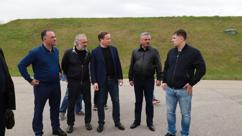 Депутаты Сос Мартиросян, Амаяк Давыдов и Сергей Шевелев провели выездное совещание по вопросам организации водоснабжения