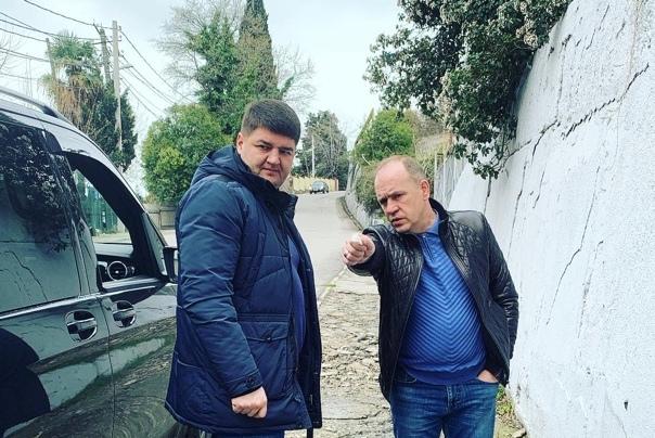 Депутат Эдуард Обухович поможет восстановить пешеходный тротуар на ул. Крымской