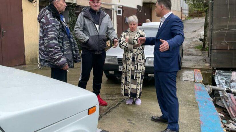 Депутата Емзари Кавтарадзе поблагодарили жители за помощь в благоустройстве территории мкр. Голубые Дали