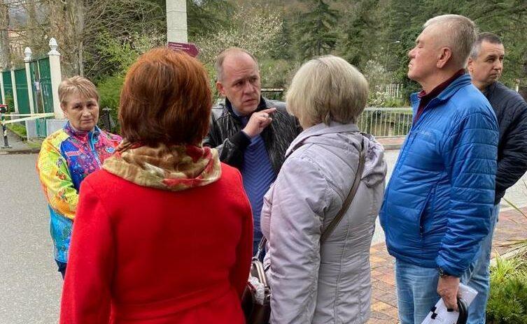 Эдуард Обухович разъясняет жителям смысл проведения предварительного голосования или праймериз