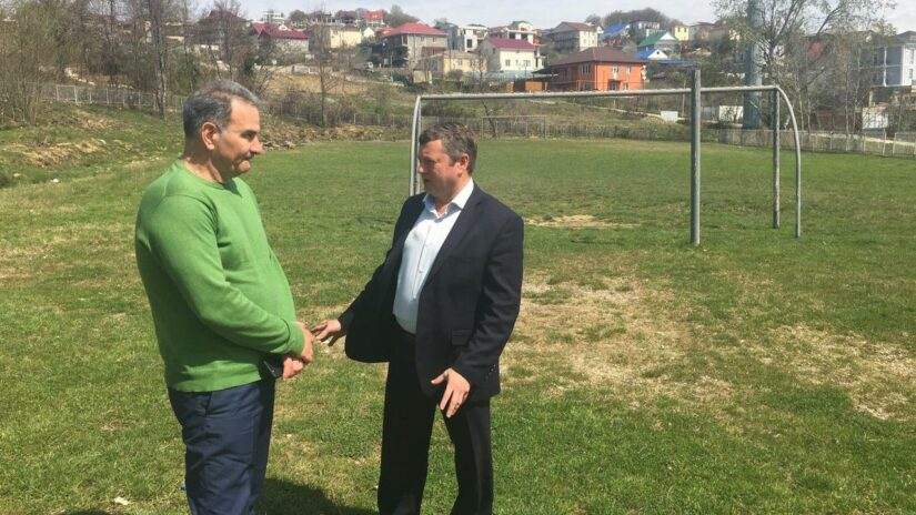 Константин Офлиди обсудил обустройство футбольного поля на улице Тимашевской в селе Молдовка