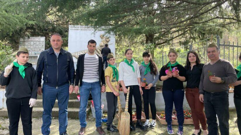 Депутат Амаяк Давыдов организовал субботник у монумента «В память погибшим односельчанам»
