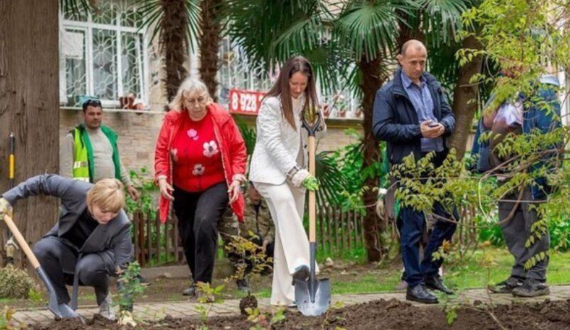 Депутат Светлана Ермилова помогла в восстановлении аллеи роз