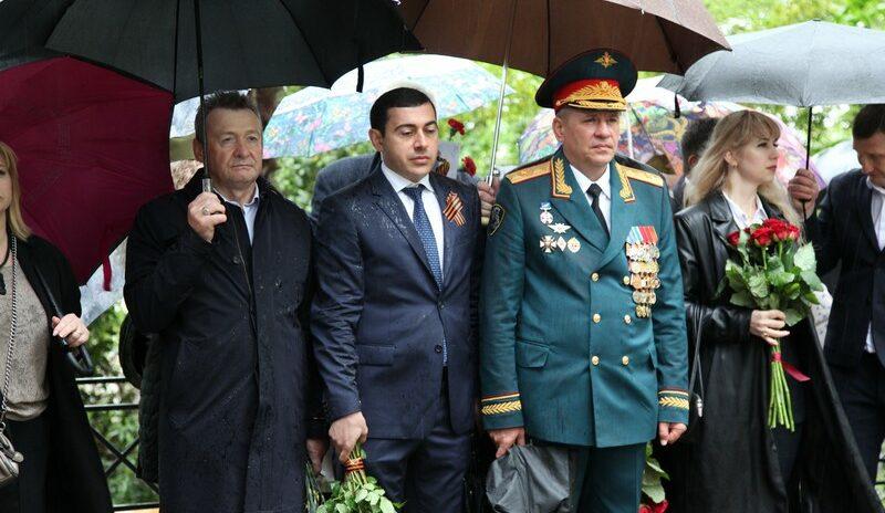 Депутат Геннадий Глазырин вместе с учащимися лицея № 23 поздравил ветеранов с Днем Великой Победы