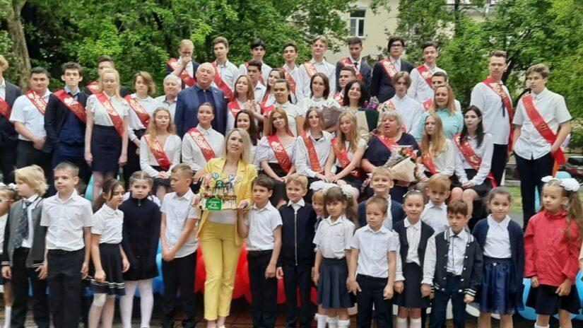 Депутаты поздравили учеников школ города с последним звонком