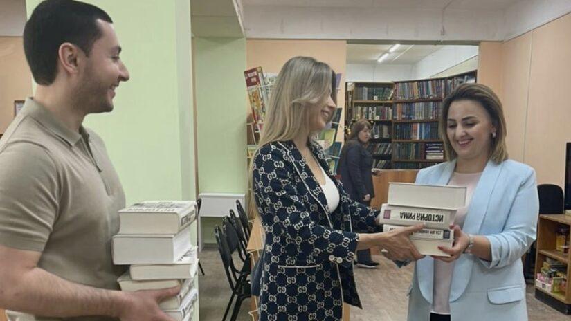 Владислав Тепляков, Анна Невзорова и Олег Чекмарев оказали помощь в ремонте библиотеки в микрорайоне Ареда