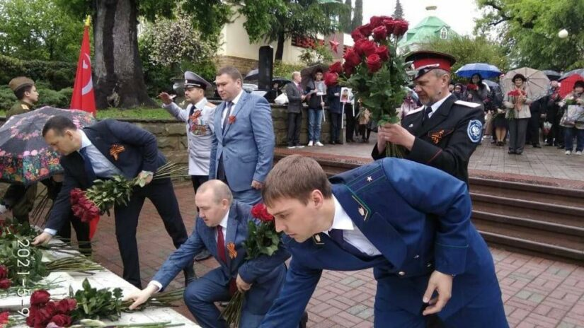 Павел Афанасьев возложил цветы на Горке Героев к стеле «Братской могилы 63 советских войнов, погибших в боях с фашистскими захватчиками»