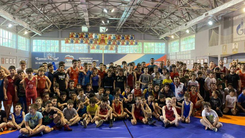 Депутат Амаяк Давыдов поддерживает спортсменов Адлерской школы борьбы
