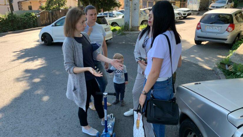 Депутаты Новосочинского округа организовали выездную встречу с жителями ул. Клубничная