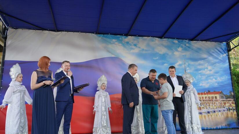 Владимир Елединов торжественно вручил юным хостинцам паспорта Российской Федерации