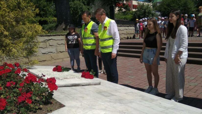 Виктор Филонов и Павел Афанасьев провели субботник на «Горке героев» в Лазаревском