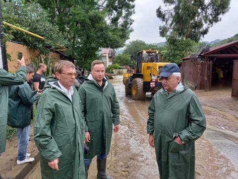 Председатель Городского Собрания Сочи Виктор Филонов вместе с депутатами осмотрел подтопленную территорию возле реки Кудепста