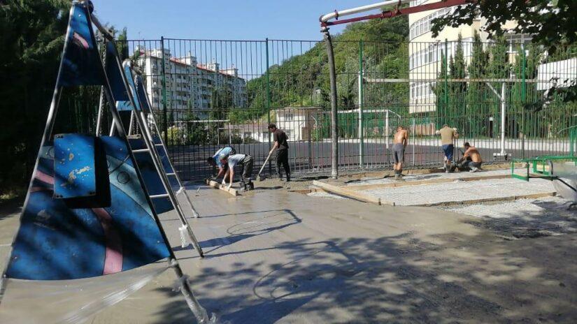 Депутат Эдуард Обухович помогает обустроить детскую площадку и отремонтировать спорт.зал в детском саду