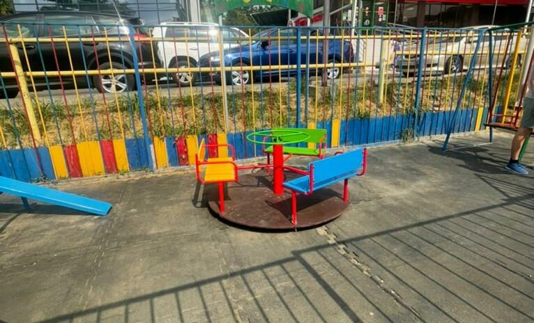Депутаты Новосочинского округа помогли обустроить детскую площадку на ул. Полтавской