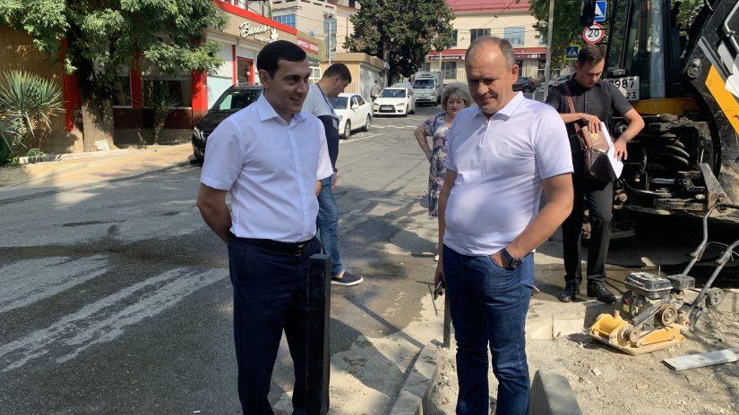Депутаты по избирательному округу № 13 «Новосочинский» обеспечили установку ограждения вдоль проезжей части лицея № 23