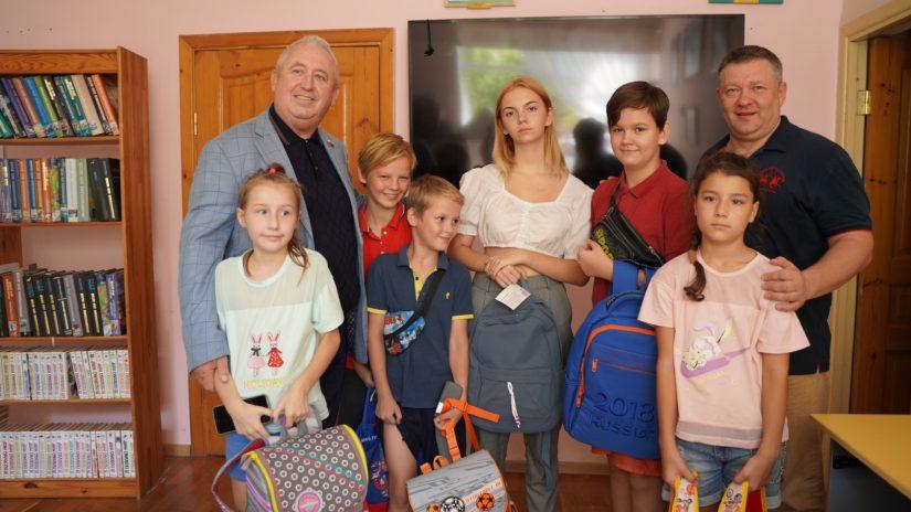 Депутаты Владимир Елединов и Александр Захаров вручили нуждающимся семьям и детям подарки к новому учебному году