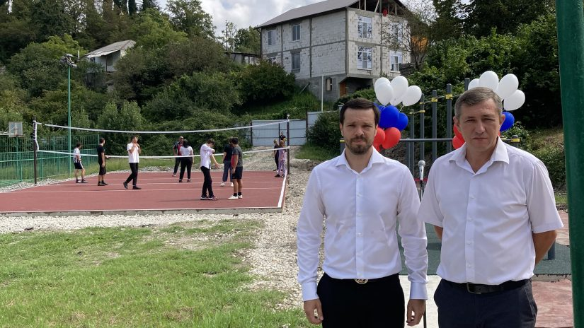В школе № 43 села Красная Воля построили волейбольную и спортивную воркаут-площадки за счёт привлечённых внебюджетных средств.